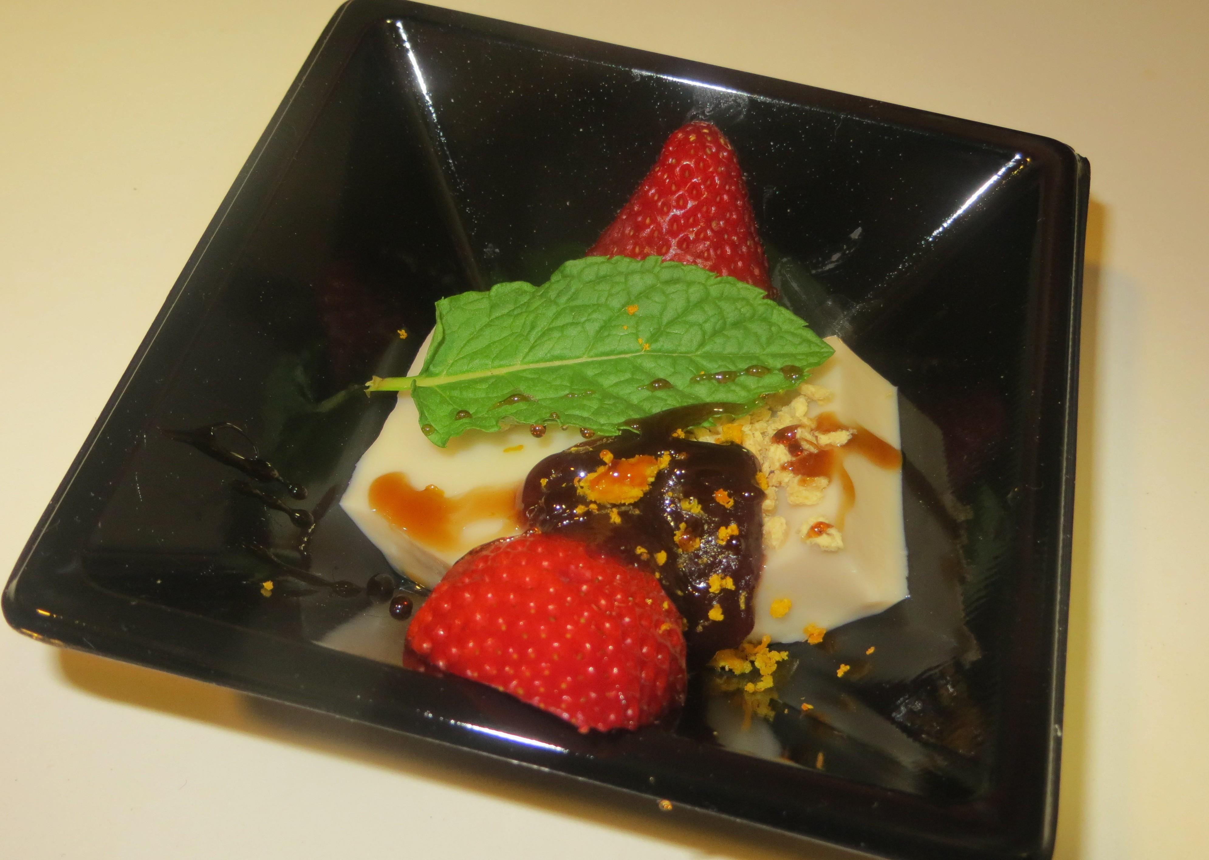 gelatina de chufa con mermelada de judía roja y granulado de soja