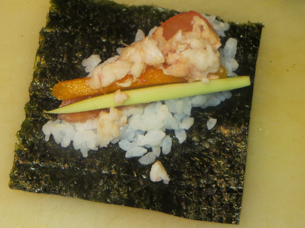 ingredientes sobre la lámina de alga nori