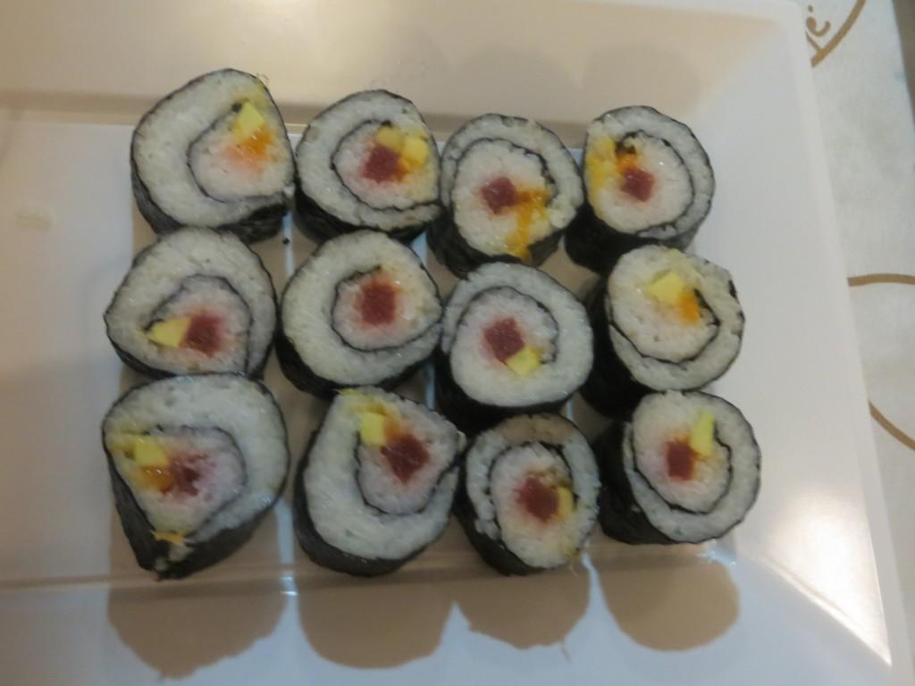 maki sushi de atún, aguacate y mango