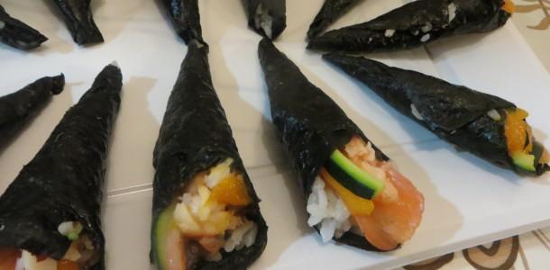 temaki sushi de salmón con mango y calabacín