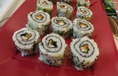 uramaki de surimi con salmón, pepino y zanahoria