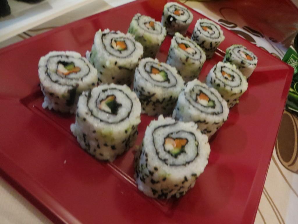 bandeja de uramakis sushi con salmón, pepino y zanahoria