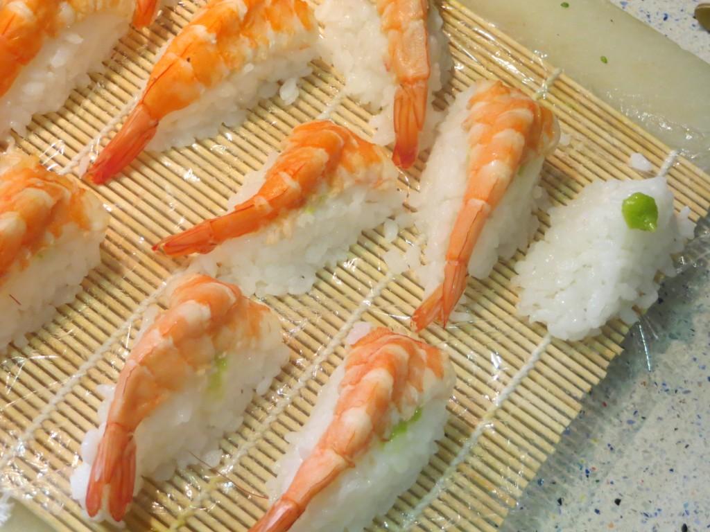 punto de wasabi sobre el montículo de arroz