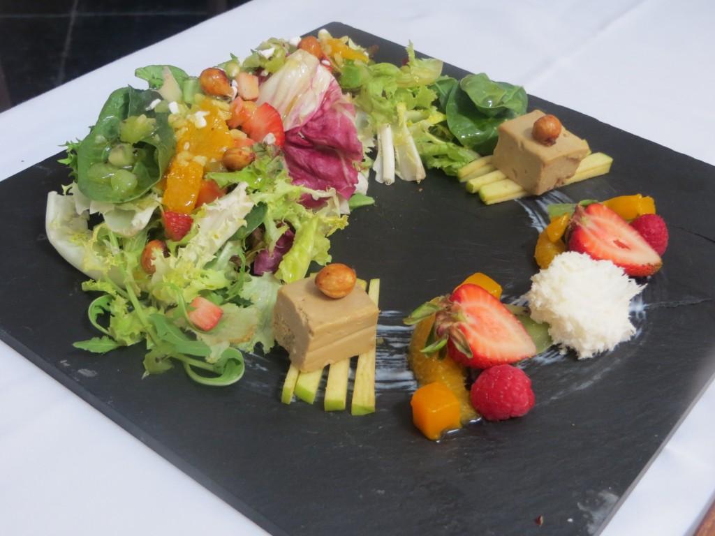 ensalada con frutas de temporada, foie y yogur