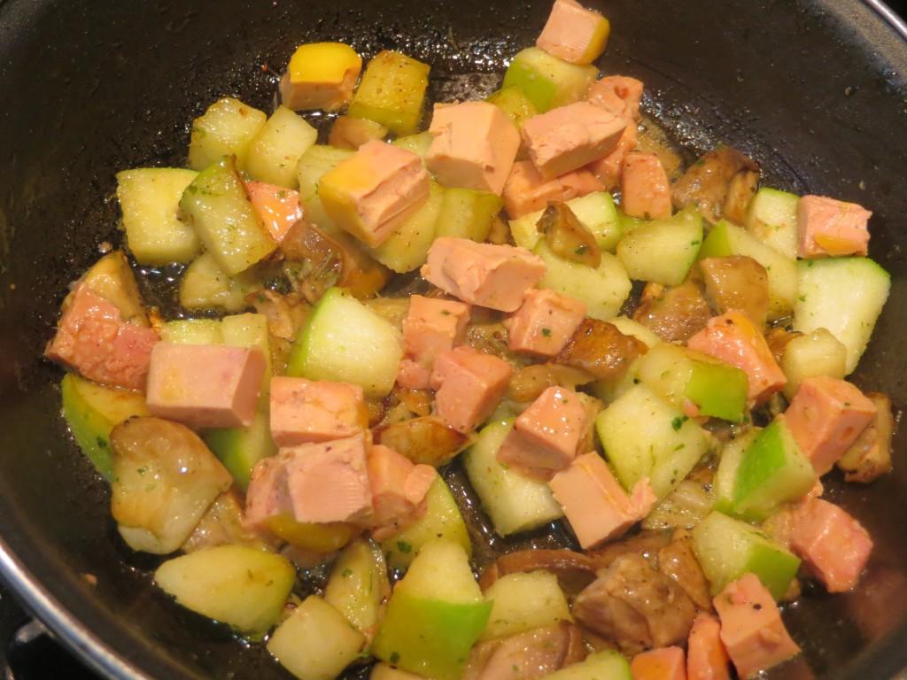 dados de boletus, foie micuit y manzana en la sartén