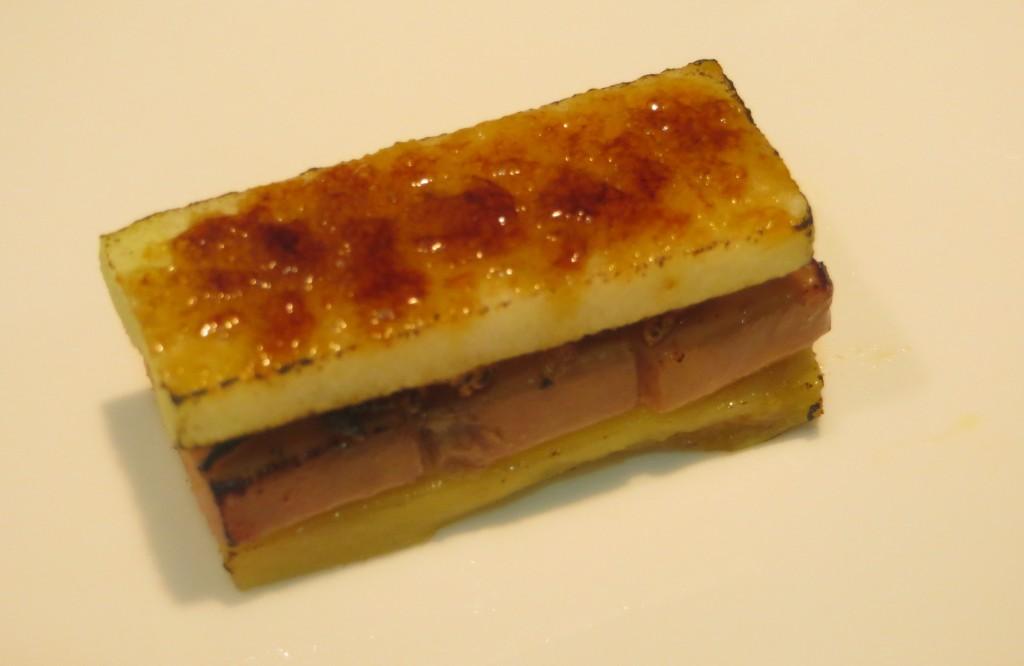 bocadito de mango, foie, manzana y cebolla caramelizada