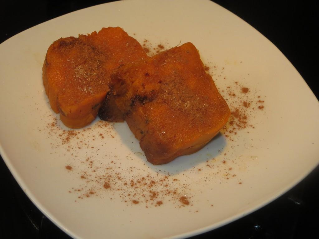 lonchas de moniato asado con canela espolvoreada