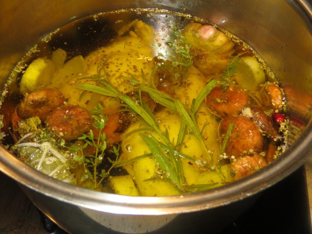conejo, verduras, setas, ciruelas y piñones acabados de confitar