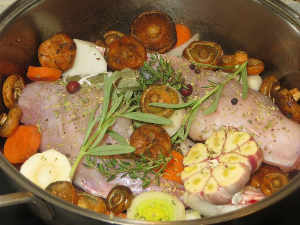 muslos de conejo con  verduras, setas, hierbas aromáticas y especias