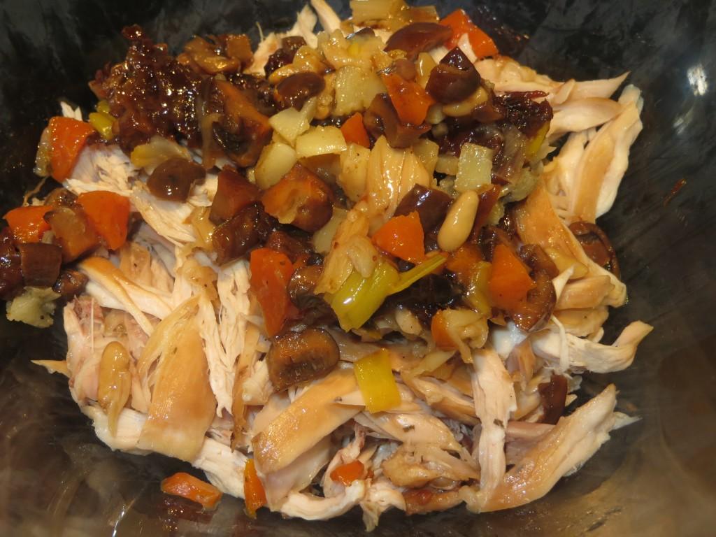 revuelto de conejo, setas, verduras, ciruelas y piñones