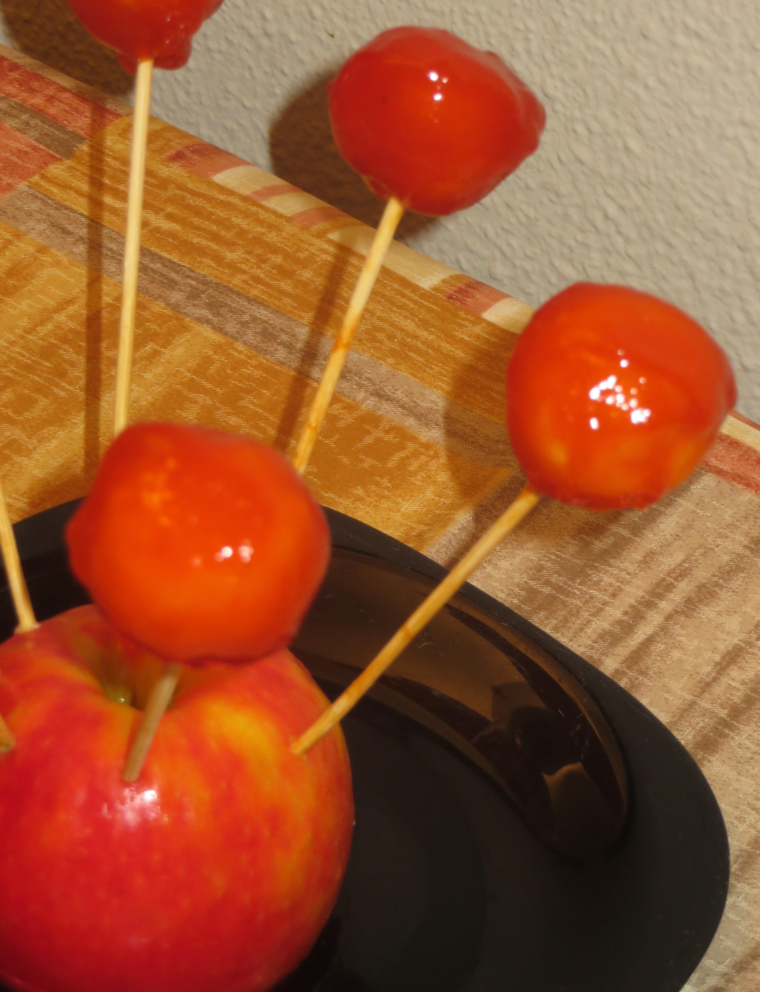 chupa chups de queso de cabra con confitura de tomate