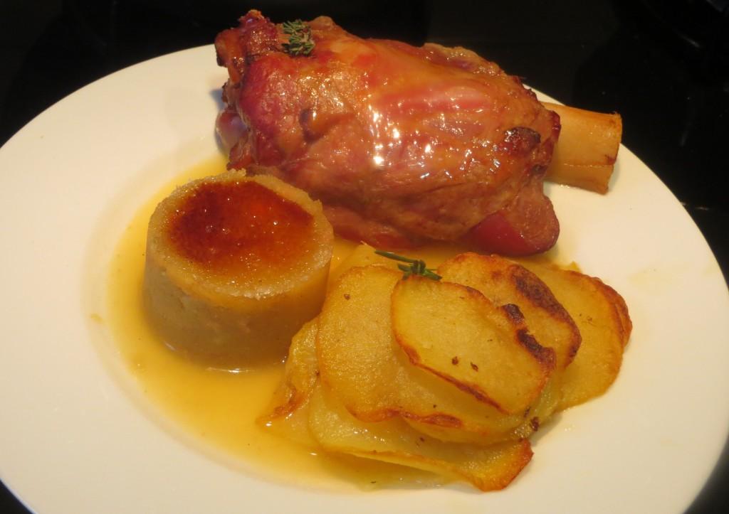 codillo al horno con puré de manzana y foie