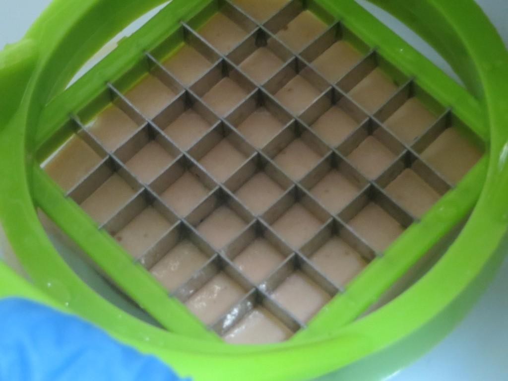 cortador sobre la gelatina de espárragos