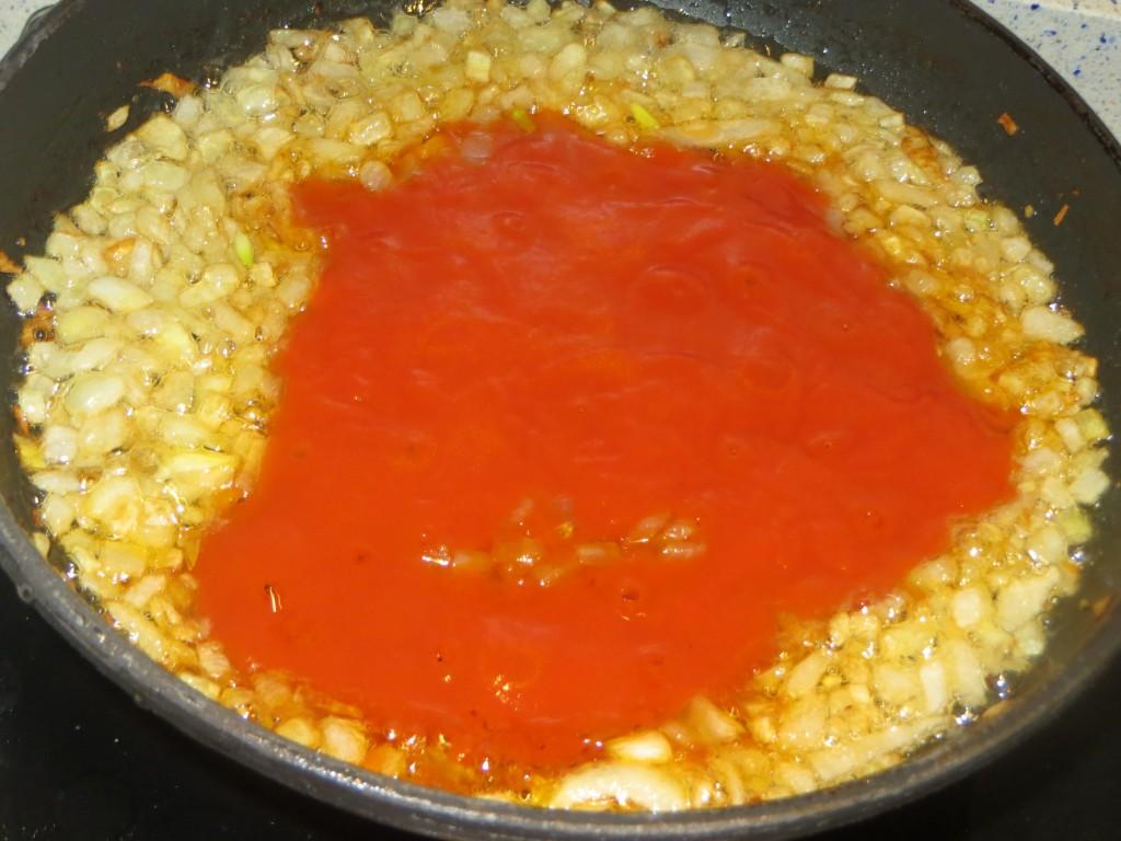 salsa de tomate incorporada a la cebolla pochada