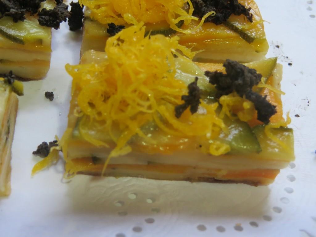 milhojas de verduras y queso con hilaturas de yema de huevo y trufa negra