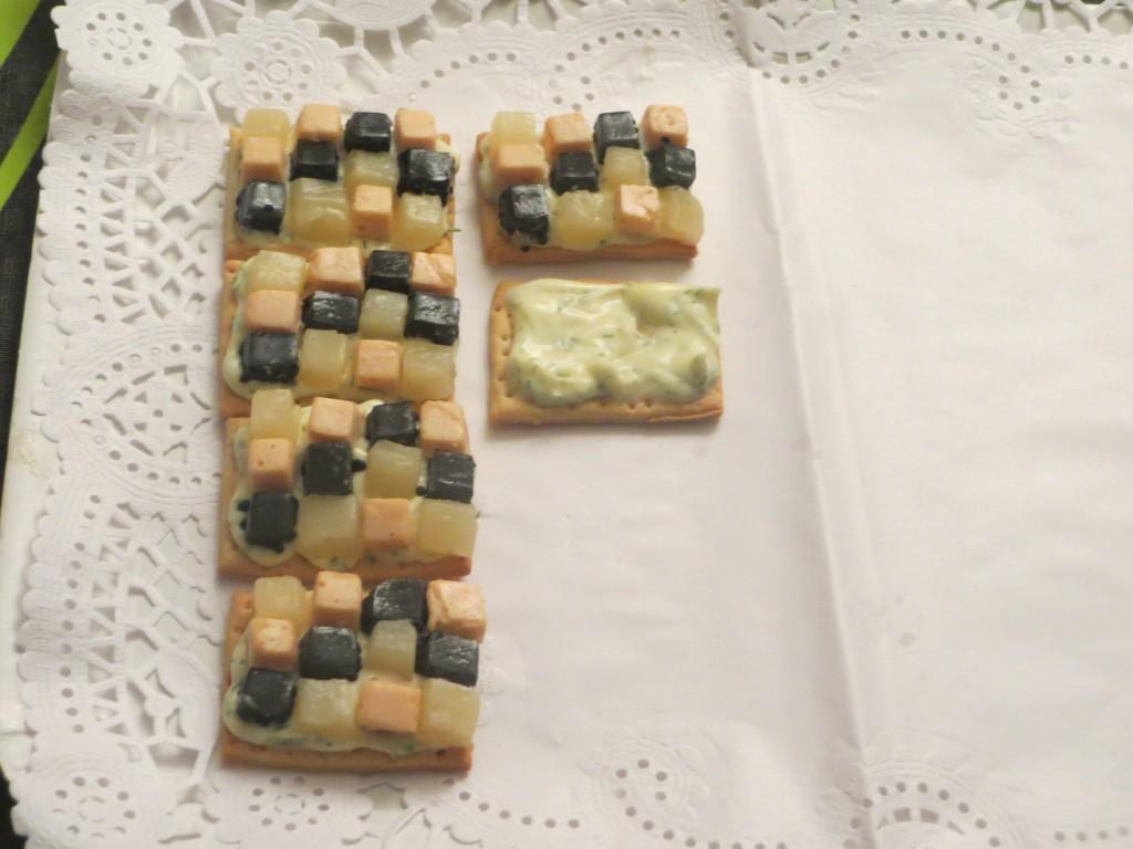 montaje del mosaico de espárragos, salmón ahumado y caviar de arenque