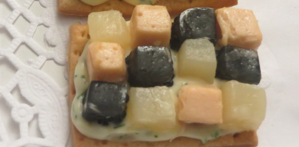 mosaico de espárragos, salmón ahumado y huevas de arenque