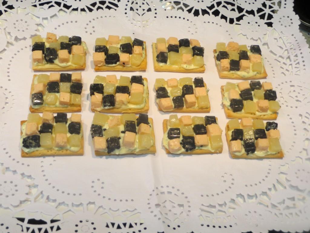 mosaicos de espárragos, salmón y caviar de arenque
