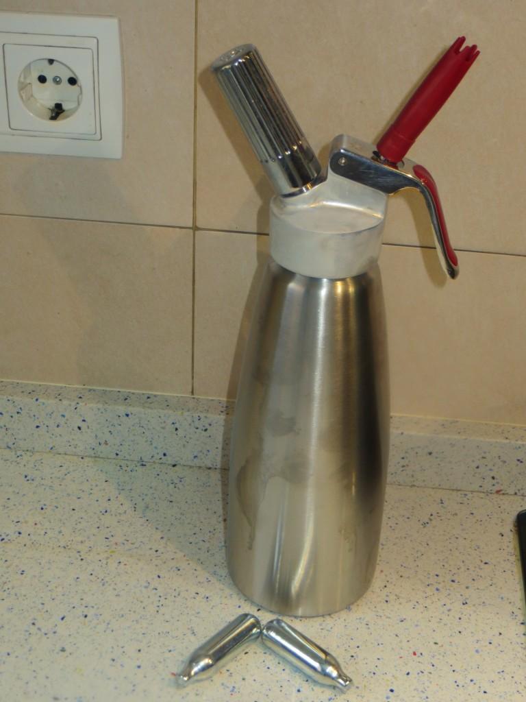 sifón de cocina cargado con la sopa y el gas
