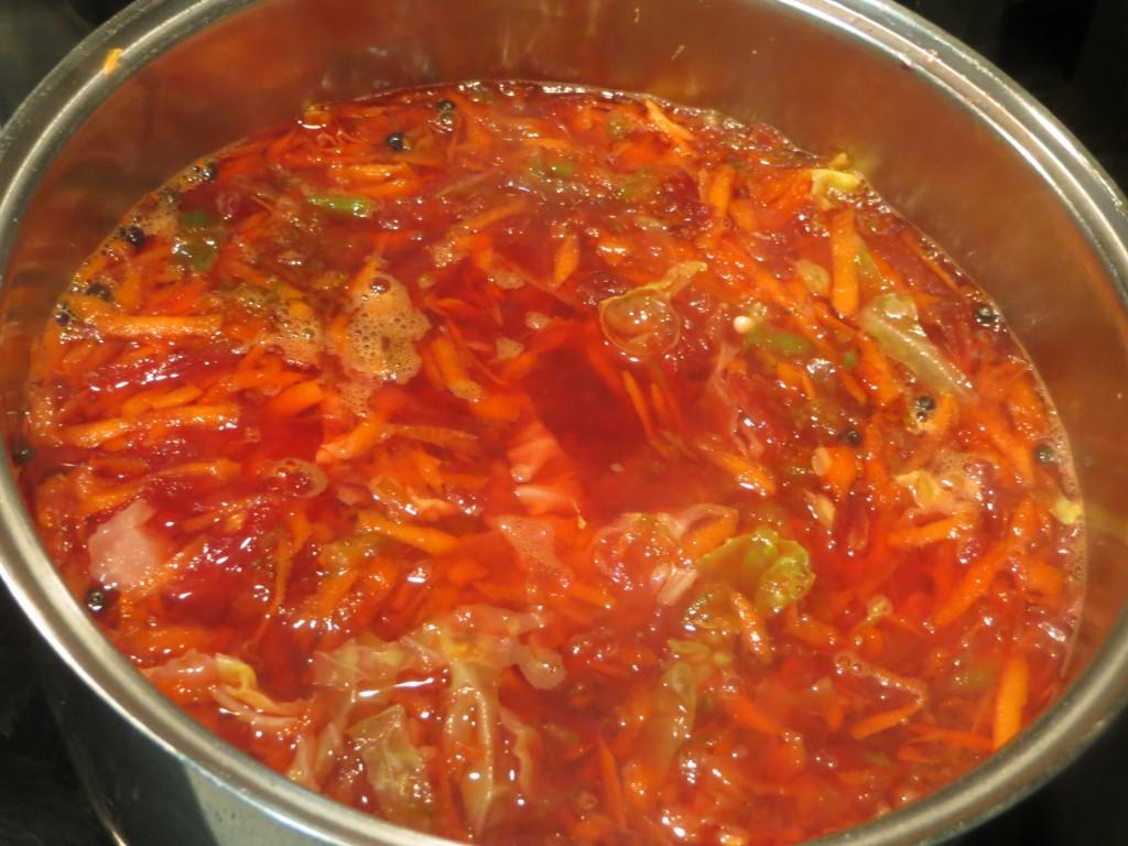 sopa de remolacha en la olla