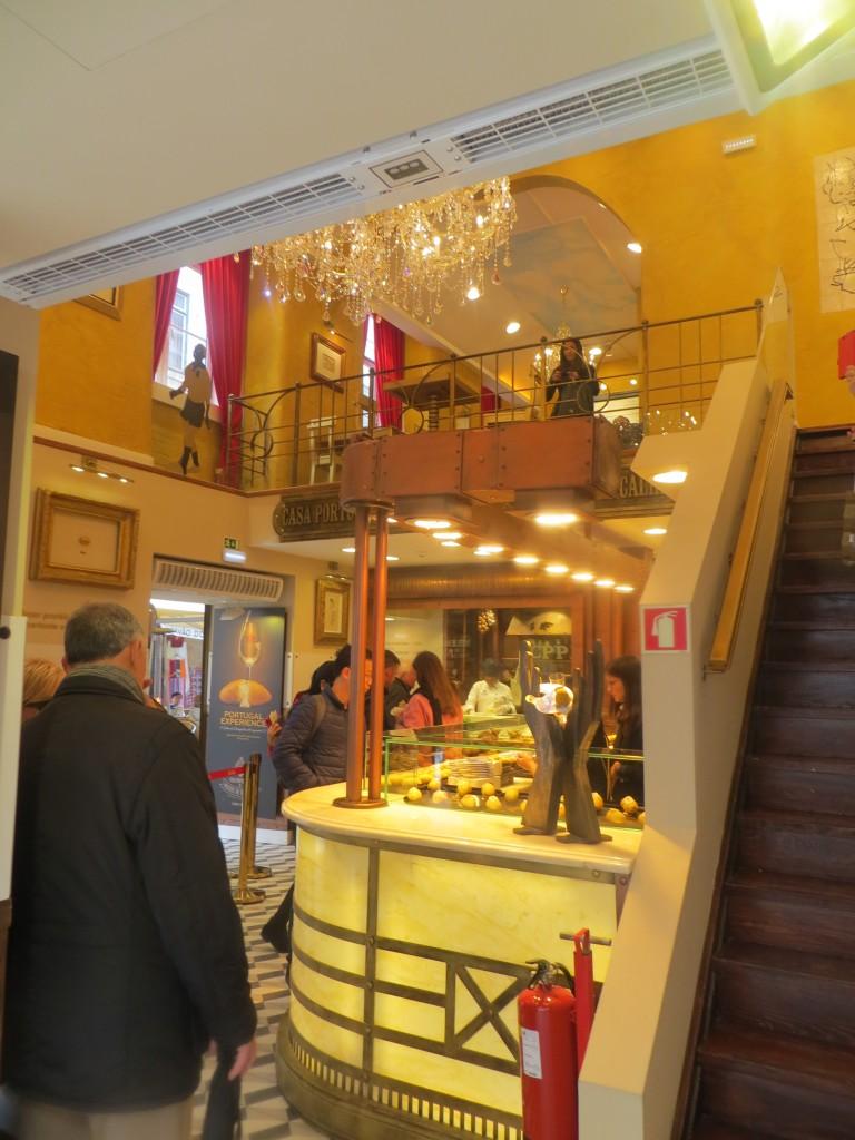 imagen interior de la casa portuguesa del pastel de bacalao