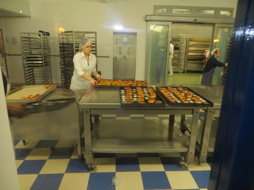 operarios trabajando en el obrador de los pasteles de nata