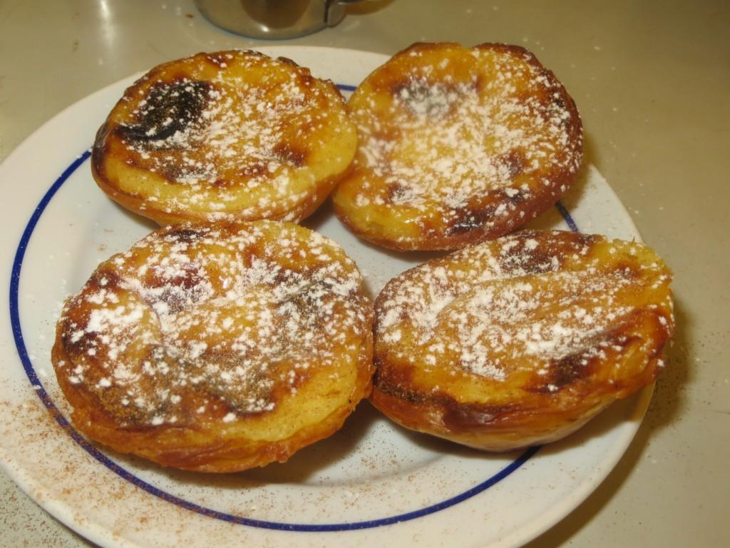 pasteles de Belém espolvoreados con azúcar glacé y canela