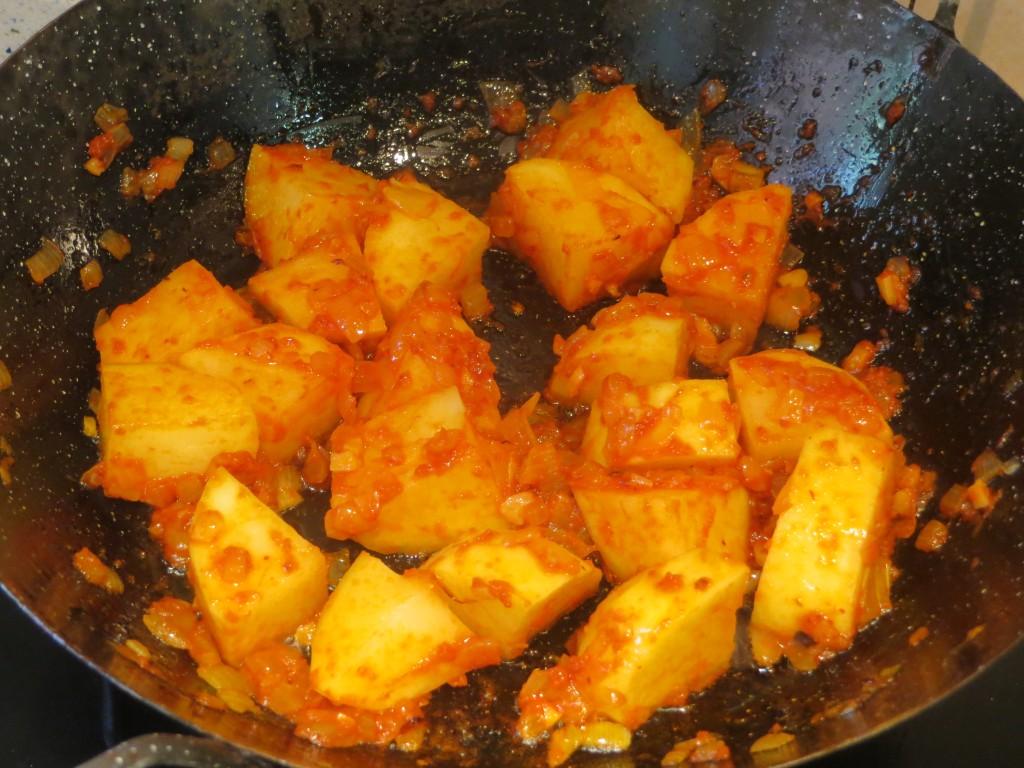dados de patata salteados con el sofrito