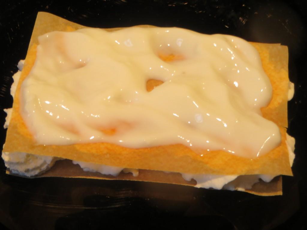 piso del milhojas con yogur de cabra esparcido