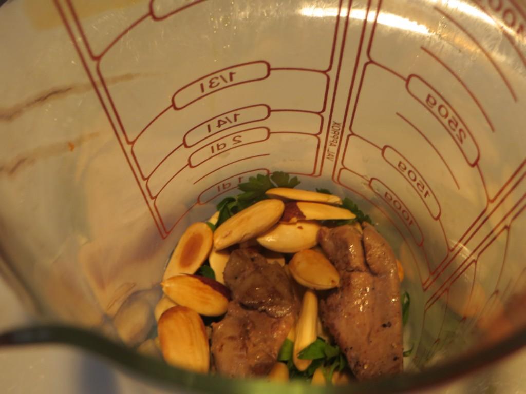 ingredientes de la picada en el vaso del minipimer