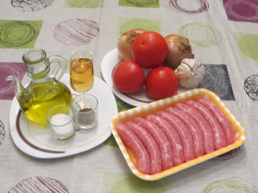 ingredientes salchichas con cebolla, ajo y tomate