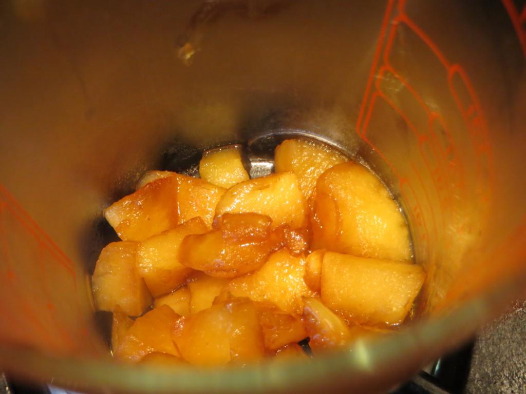 dados de manzana caramelizados a punto de ser triturados
