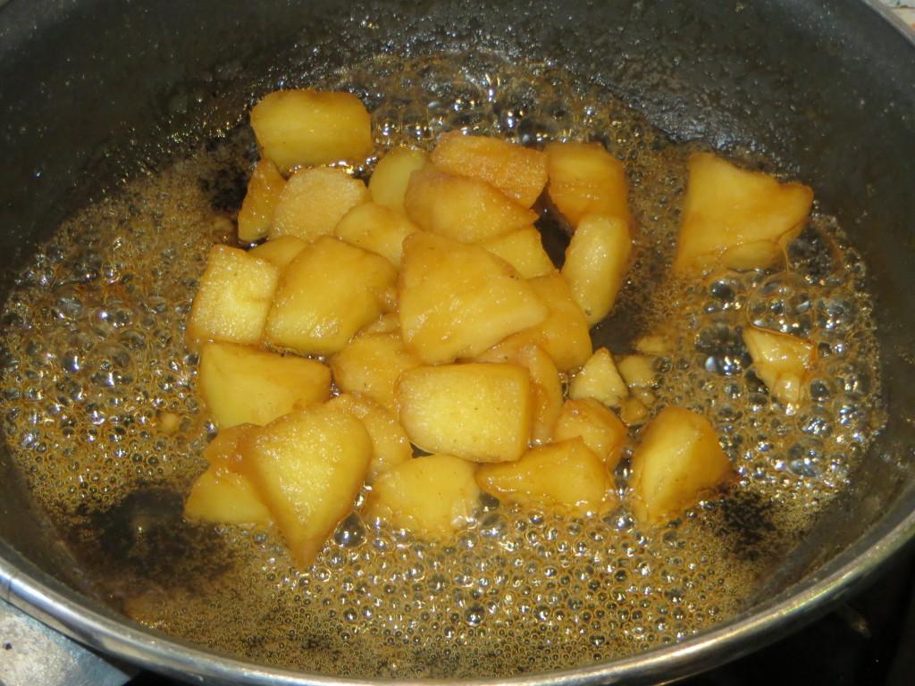 dados de manzana caramelizados