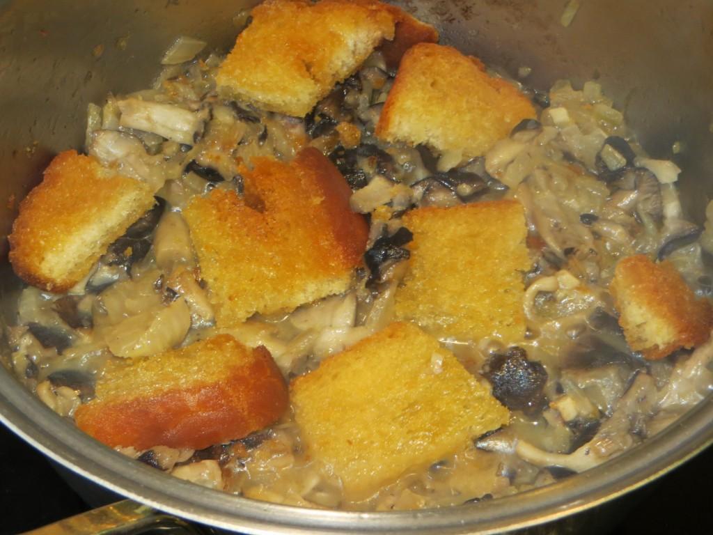 trozos de picatoste incorporados a la sopa de negrillas