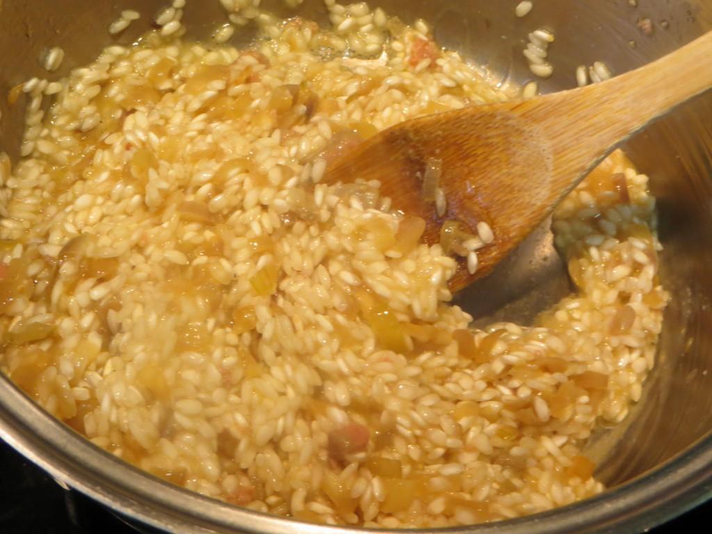risotto removido con la cuchara de madera