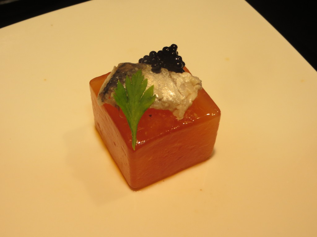 aperitivo esencia de pipirrana con sardina marinada y huevas de lumpo
