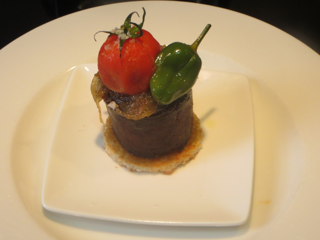 morcilla con cebolla caramelizada tomate cherry y pimiento de Padrón