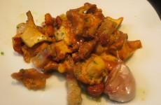 rebozuelos salteados con panceta, ajos y aceite de ajos-perejil