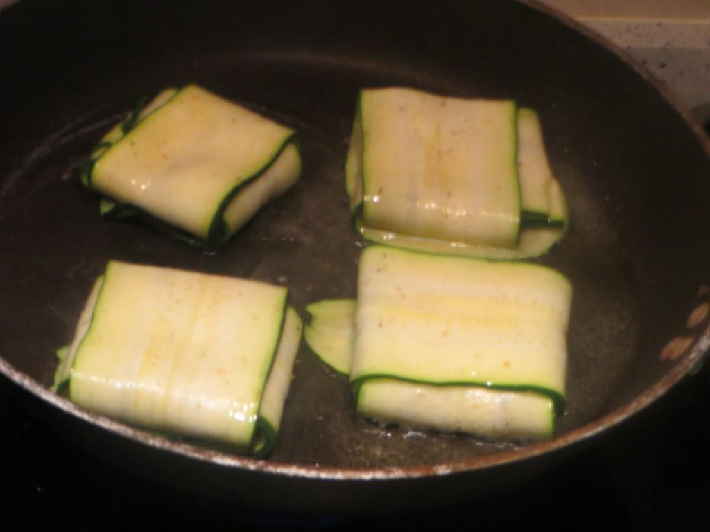 raviolis de calabacín sobre la base de la sartén caliente