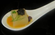 cubito de espárragos blancos con caviar nacarii, eneldo, perlas de wasabi y salsa de papaya