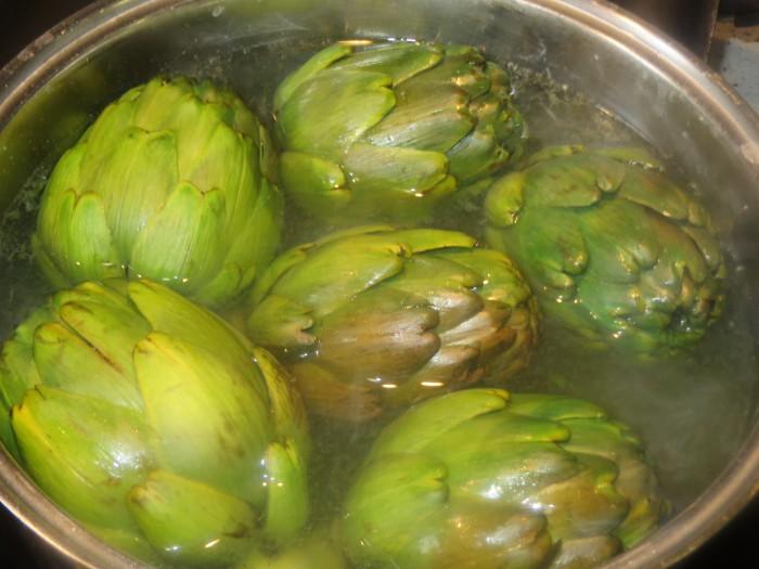 alcachofas en la olla a punto de cocer