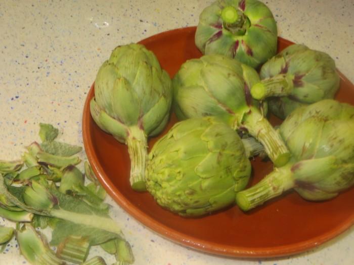 alcachofas limpias de las hojas de los tallos