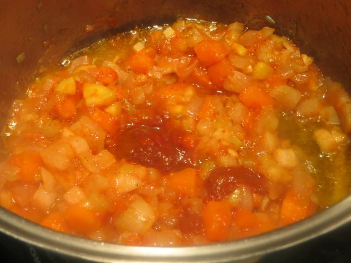incorporación del tomate y la carne de ñora