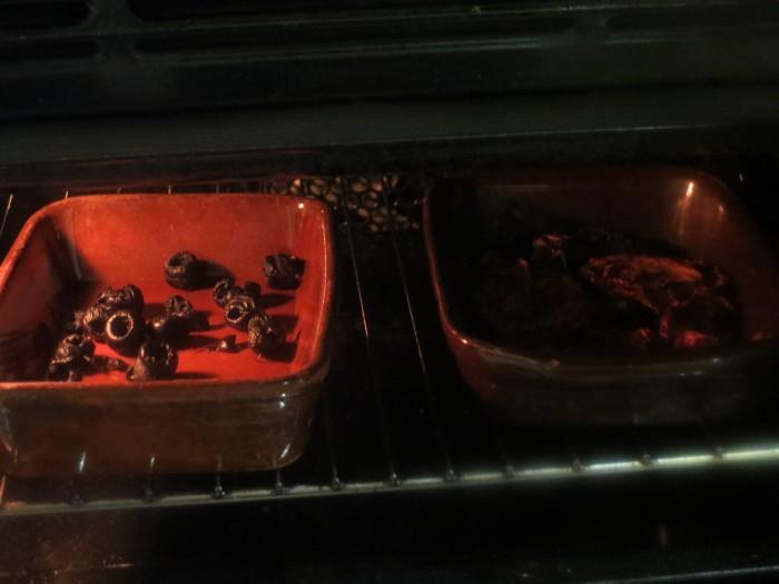 aceitunas negras y tomates en el horno