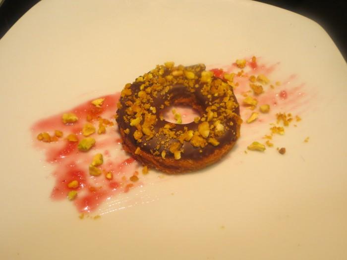 donuts de pan frito, chocolate y quicos crujientes presentado