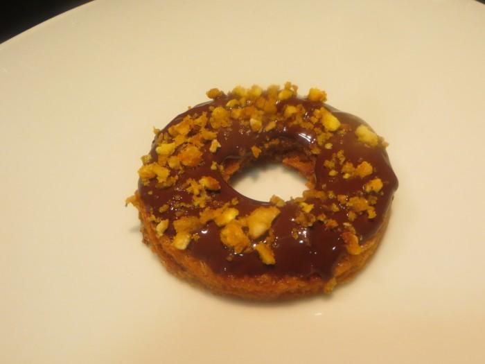 donuts de pan frito, chocolate y quicos crujientes acabado