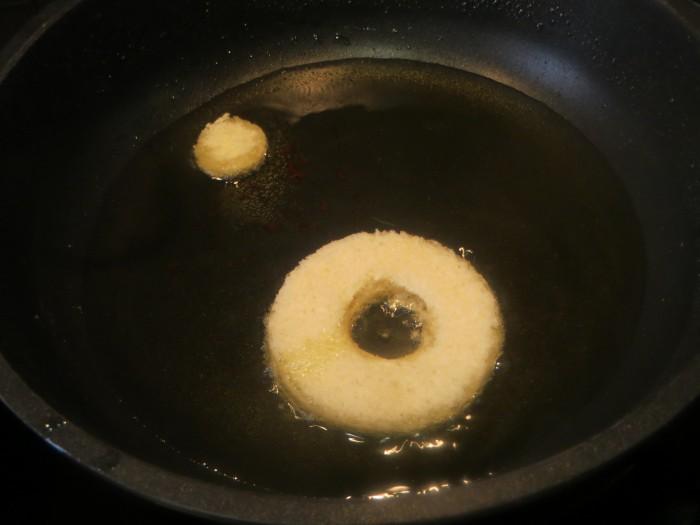 rosco friendo en la sartén